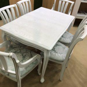 стол Кабриоль 1200х800 патина с прорисовкой и глянцем и стулья Кабриоль + стулья Катарина с жёсткой спинкой с патиной Тон 16 Эмаль белая + серебро ткань Бомбей 12500А - копия