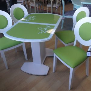 стол Корсика кожа Нитро грин Декор № 2 и стулья Коломбо Тон 9 Эмаль белая ткань Нитро грин